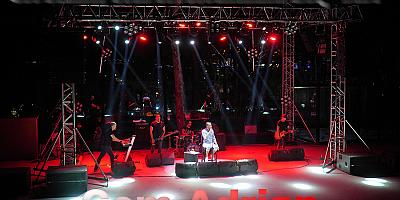 Üç aydır sosyal medya üzerinden konserler veren Cem Adrian sahne aldı AYVALIK YAZ KONSERLERİ BAŞLADI